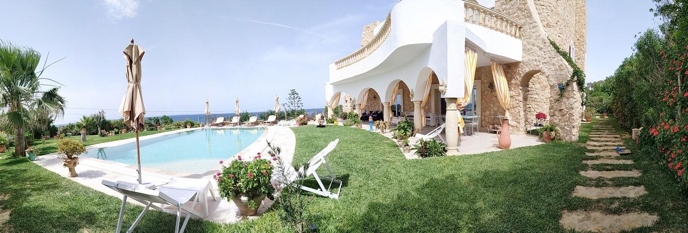 Vue panoramique sur la piscine et espace vert (Copier)