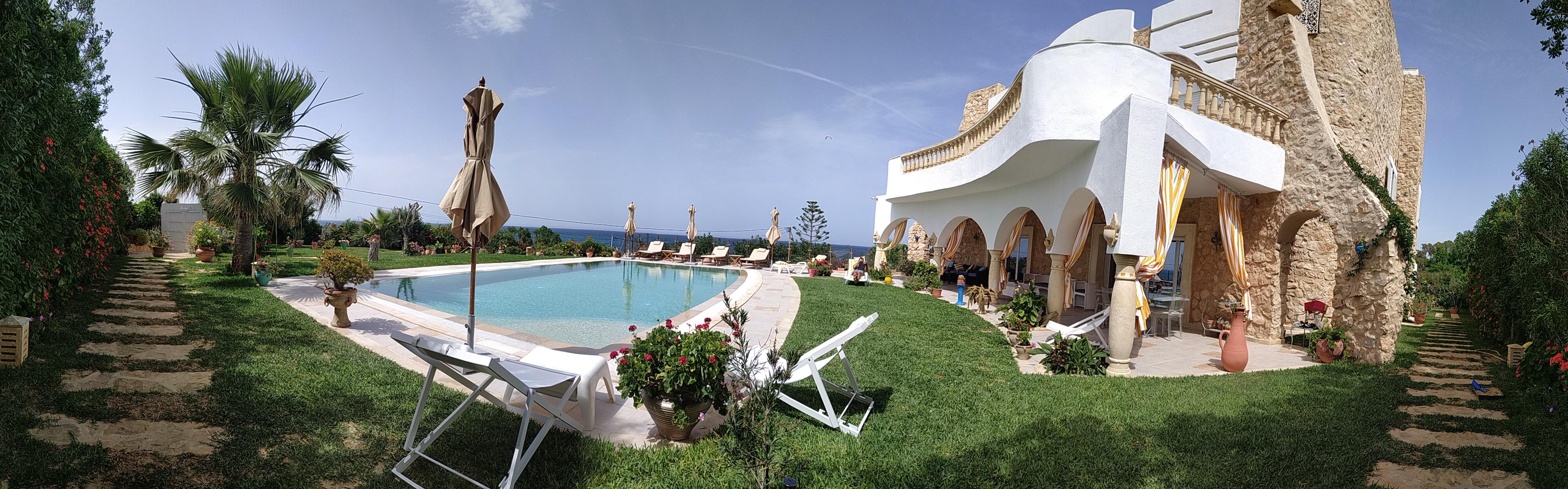 Vue panoramique sur la piscine et jardin